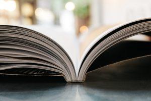 foto do dicionário do empreendedor aberto sob uma mesa