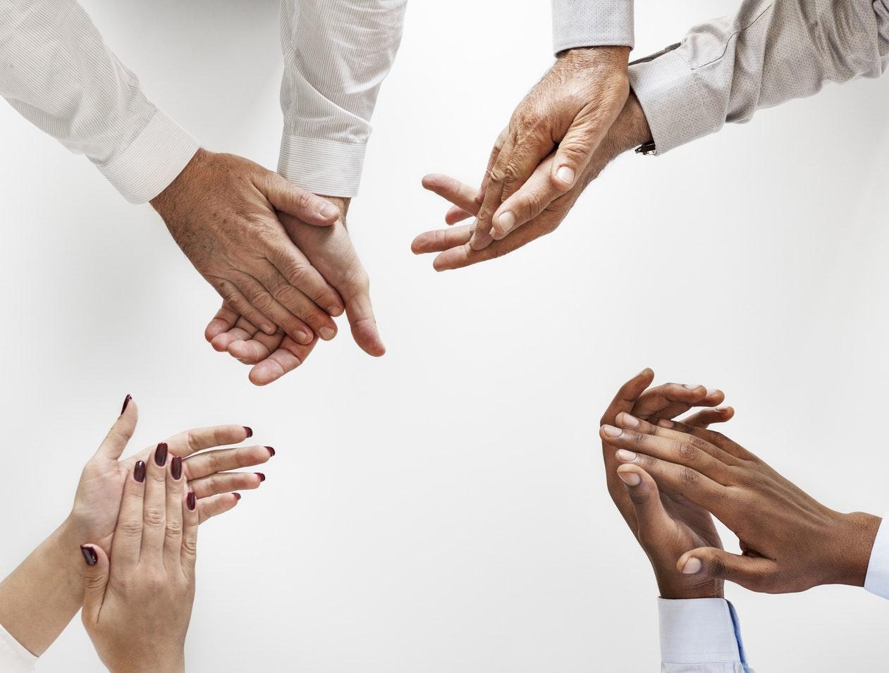 economia compartilhada: varias mãos aplaudindo